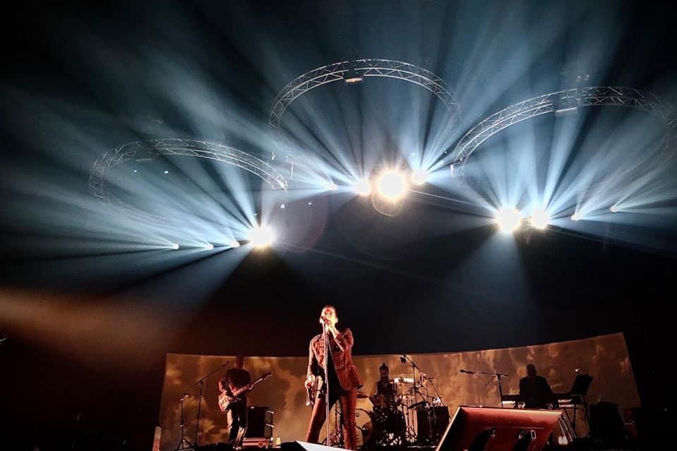 Imagen del concierto de Maldita Nerea del concierto del Wizink Center el 14 de febrero de 2020 en la que se ve a Jorge cantando con la banda al fondo tocando